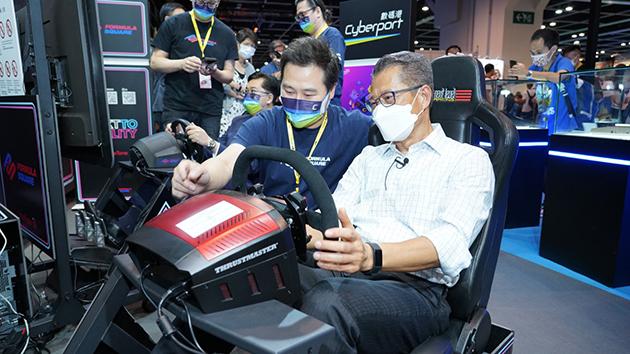 陳茂波親臨「數碼港展館」體驗5G賽車