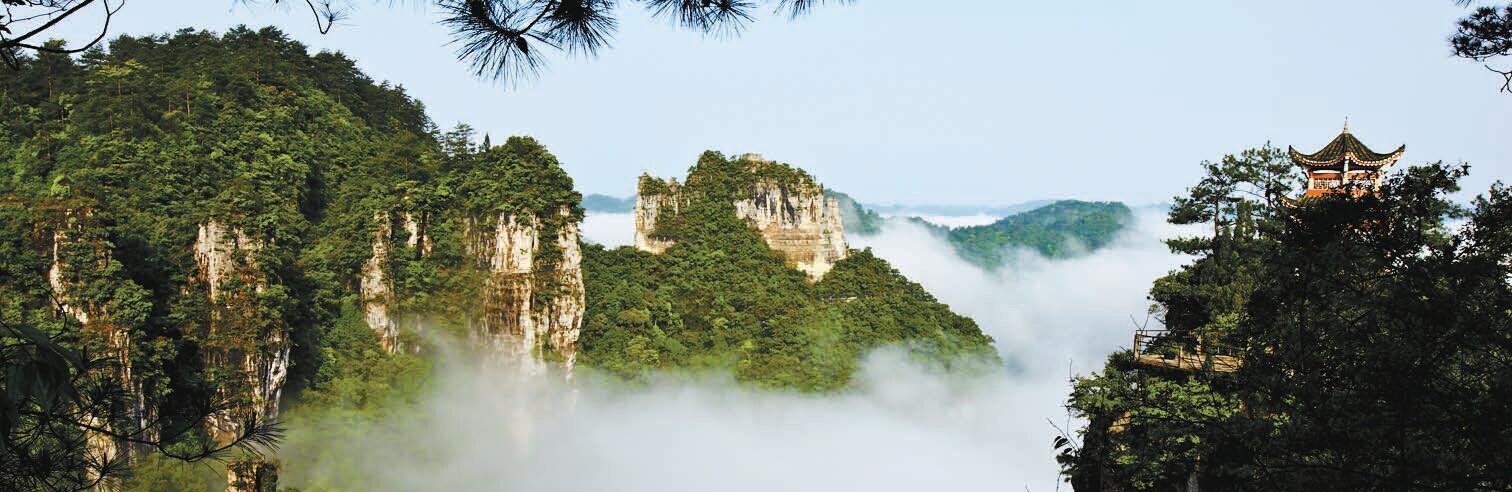 水清澄透明,云一尘不染,雾缥缈虚无,林幽静深遽的山水相映,林水相亲