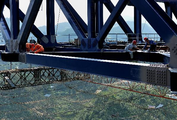 忠建河特大桥是湖北省武陵山少数民族经济社会发展试验区内恩来高速公路最大的控制性工程。该桥为双塔双索面钢桁加劲梁斜拉桥,桥墩距离河面高度近400米,大桥全长1063米,拥有目前国内公路同类型桥最大跨度的400米主跨。