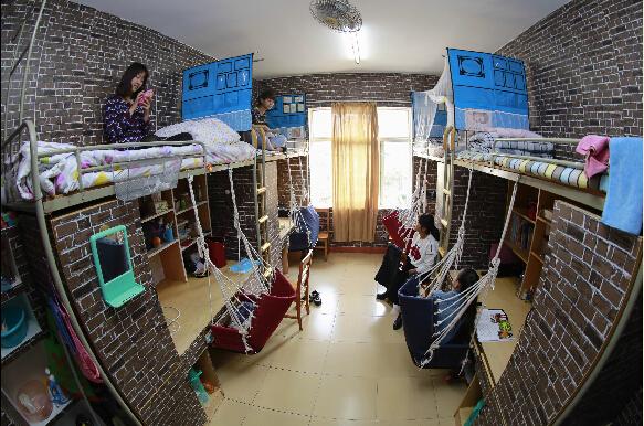 10月20日,江西九江学院艺术学院的四位女生花费1200元,将单调划一的宿舍精心布置成复古风格的小公寓。复古砖砌壁纸、舒服的吊椅、拉伸空间的收纳屏风将宿舍装扮得如同文艺范儿的咖啡馆,吸引不少同学参观。   中新社发 陈荷 摄
