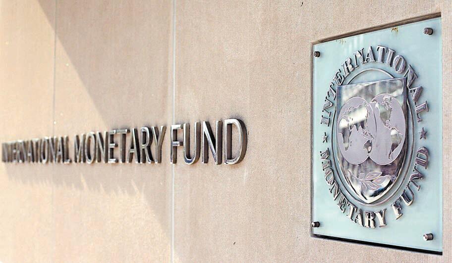 分析認為,來自地區性貨幣基金的競爭對IMF以及國際金融治理體系來說,或許並非壞事   前IMF官員、康奈爾大學經貿政策資深教授普拉薩德近日在英媒發表評論稱,國際貨幣體系正在發生變化。普拉薩德認為,金磚國家不滿國際貨幣基金組織(IMF)的一次次食言而成立了自己的開發銀行,原因是IMF曾承諾賦予它們與各自經濟實力相稱的話語權及參與IMF的運營,但最終卻沒有兌現。因此,普拉薩德分析,就來自地區性貨幣基金的競爭對IMF以及國際金融治理體系來說,這或許并非壞事。巴西、俄羅斯、印度和中國還計劃建立外匯儲備池,避免在