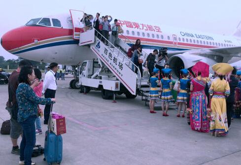 我们的航班经停重庆,在10月28日下午3点30分抵达百色巴马机场,百色