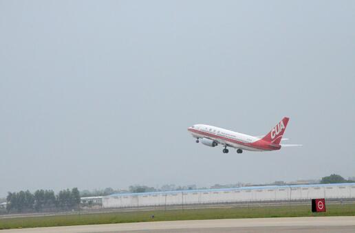 29日11點13分,127名惠州旅客搭乘航班KN5888,離港前往北京。   【香港商報網訊】記者盧偉報道:29日,惠州往返北京南苑機場的航線正式開通,這也是惠州機場復航后的第五條航線。該航線由中國聯合航空有限公司執飛,執飛機型為波音737-700飛機,每天一班。早上10點18分,北京-惠州航線首個航班KN5887搭乘78名乘客到達惠州機場;11點13分,127名旅客搭乘航班KN5888,離港前往北京。   據悉,惠州機場是軍民合用機場,民航停航13年后于今年2月5日正式通航,首航開通了至上海、杭州