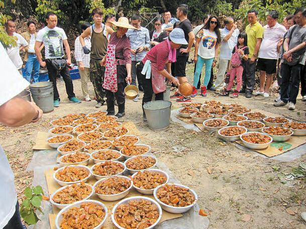 圍村的「吃山頭」(資料來源﹕香港商報)