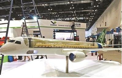 大飞机模型一侧采用透明材料制作
