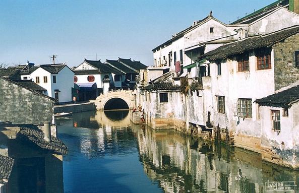 大家印象   江南古鎮水鄉韻味濃鬱,感受嫻靜安逸的江南生活。同裏的規模很大,比周莊好玩多了,就是門票偏貴,景點和居民區分的不夠清楚,景點有點不好找,有點小遺憾吧。   走進同裏   同裏位於江蘇吳江市東北,距上海80千米,距蘇州20千米,是一個具有悠久曆史和典型水鄉風格的古鎮。 同裏風景優美,鎮外四面環水,鎮內由15條河流縱橫分割為7個小島,由49座橋連接。鎮內家家臨水,戶戶通舟;明清民居,鱗次櫛比;宋元明清橋保存完好。 同裏鎮區被川字形的河道及縱橫交叉的支流分割成7個小島,像一顆珍珠鑲嵌在同裏、葉