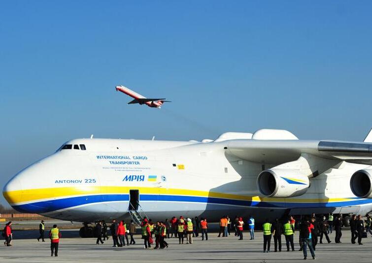 12月14日下午,世界最大貨運飛機安-225運載約180噸設備第8次平穩降落石家莊機場。此次運輸為德國某汽車公司用于整車生產的模具,飛行路線為由德國萊比錫啟運,途徑土庫曼斯坦、哈薩克斯坦進行技術經停后運抵石家莊機場,再通過陸路運往北京。 中新社記者 翟羽佳 攝    安-225是世界上最重的飛機,其最大起飛重量達640噸。長度為84米,高度為19米,相當于六層樓高。 中新社記者 翟羽佳 攝    安-225正在卸貨。 中新社記者 翟羽佳 攝    該運輸機可以運送超大型貨物,機艙的載重量可達到250