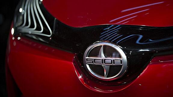 豐田塞恩   日前,豐田汽車宣布其面向美國市場推出的小型車品牌塞恩(Scion)即將退出歷史舞臺。這個全球最年輕的汽車品牌,也是北美豐田繼豐田、雷克薩斯之后,旗下所擁有的第三個品牌。   豐田北美在2002年紐約車展新聞發布會上宣布了塞恩品牌的成立。根據對消費群的調查之后,豐田以塞恩為品牌推出一系列的車型來迎合下一代的新車用戶。   2003年6月份塞恩品牌汽車開始在美國上市,主要以美國年輕一代為銷售對象,但僅限在加利福尼亞州銷售。2004年2月3日以后,開始在紐約州、馬薩諸塞州等東海岸,佛羅里達州