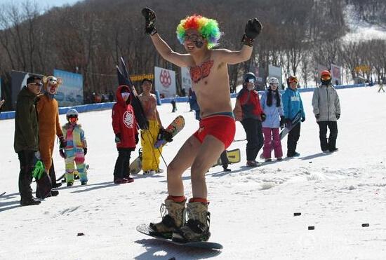 """2016年3月13日,长春一滑雪场,来自长春及周边城市的滑雪发烧友们来到这里,举行一年一度的滑雪盛会——""""光猪""""滑雪节。二十几名滑雪爱好者们穿着奇装异服,或比基尼,或卡通人物,滑雪技术好坏没关系,只要穿的酷、玩的炫,就能攒足观众眼球。"""