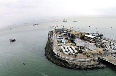 港珠澳大桥东人工岛打开大门 将与海底隧道对接