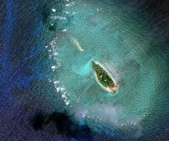 2011年(左)和2015(右)年拍摄的敦谦沙洲变化。   【香港商报网讯】日本《读卖新闻》昨日报道,美国战略与国际问题研究中心所设的亚洲海事透明倡议网站公布的卫星图像显示,越南正推进在南海的南沙群岛非法填海造岛。据报道,越南对实际控制的10个岛礁进行了非法填埋,填埋面积超过0.