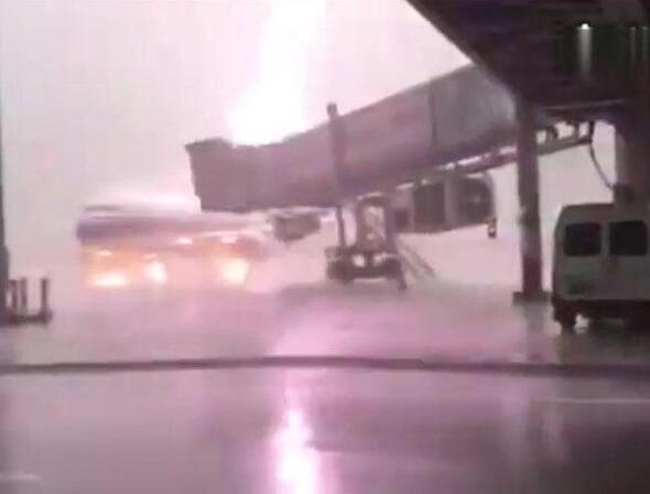 飞机被雷电意外击中