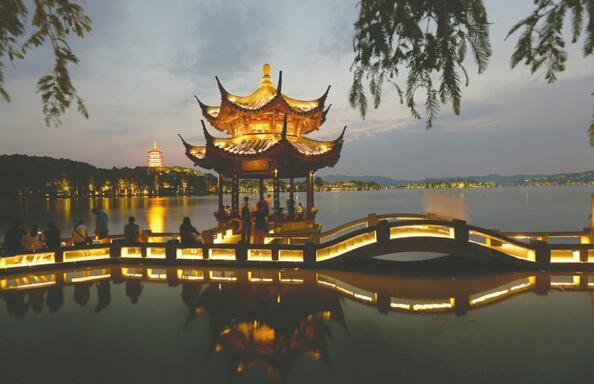 """新闻配图   世人瞩目的G20杭州峰会,多国领导人齐聚一堂,致力于探讨解决各类短期和长期的政治经济发展问题。而这些看似""""高大上""""的议题,其实与每个中国人的切身利益密切相关。期间作出的相关决策将为中国百姓带来哪些值得期待的实惠?G20峰会成果将如何影响我们的生活?   钱袋子:人民币更""""好用""""   拿老百姓最关心的""""钱袋子""""问题来说,G20重点讨论的国际货币体系改革,将促进人民币的国际地位提升,今后会有越来越多的国家认可并愿意"""