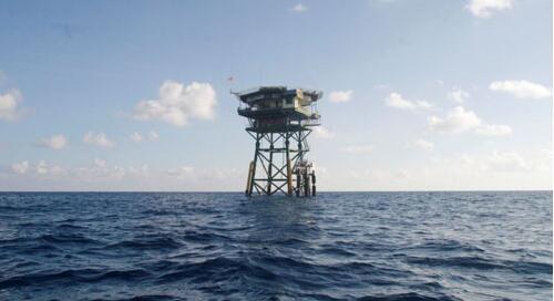 南沙群岛最新填海囹�a_越南在南沙群岛上的浮动看守站.(图片来源:美国之音电台网站)