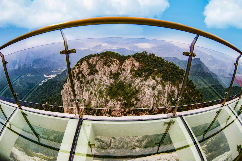 其中高空玻璃栈道2016年竣工后,游客量增幅达280%,总旅游人数达26万