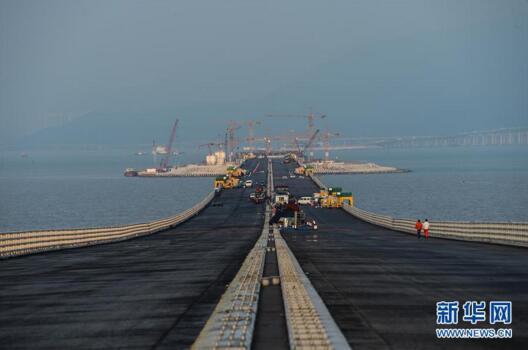 港珠澳大桥海底隧道最终接头今吊装 深海穿针 堪比 香港商报