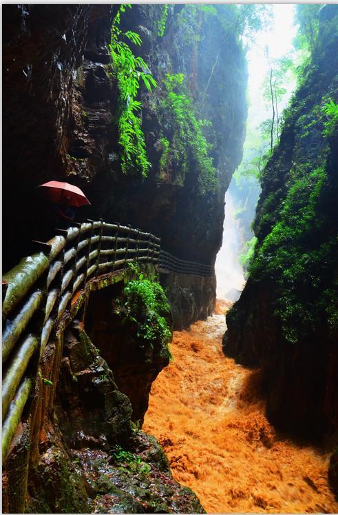 这个著名的风景区位於昆明市宜良县九乡彝族,回族乡境内,总面积167.