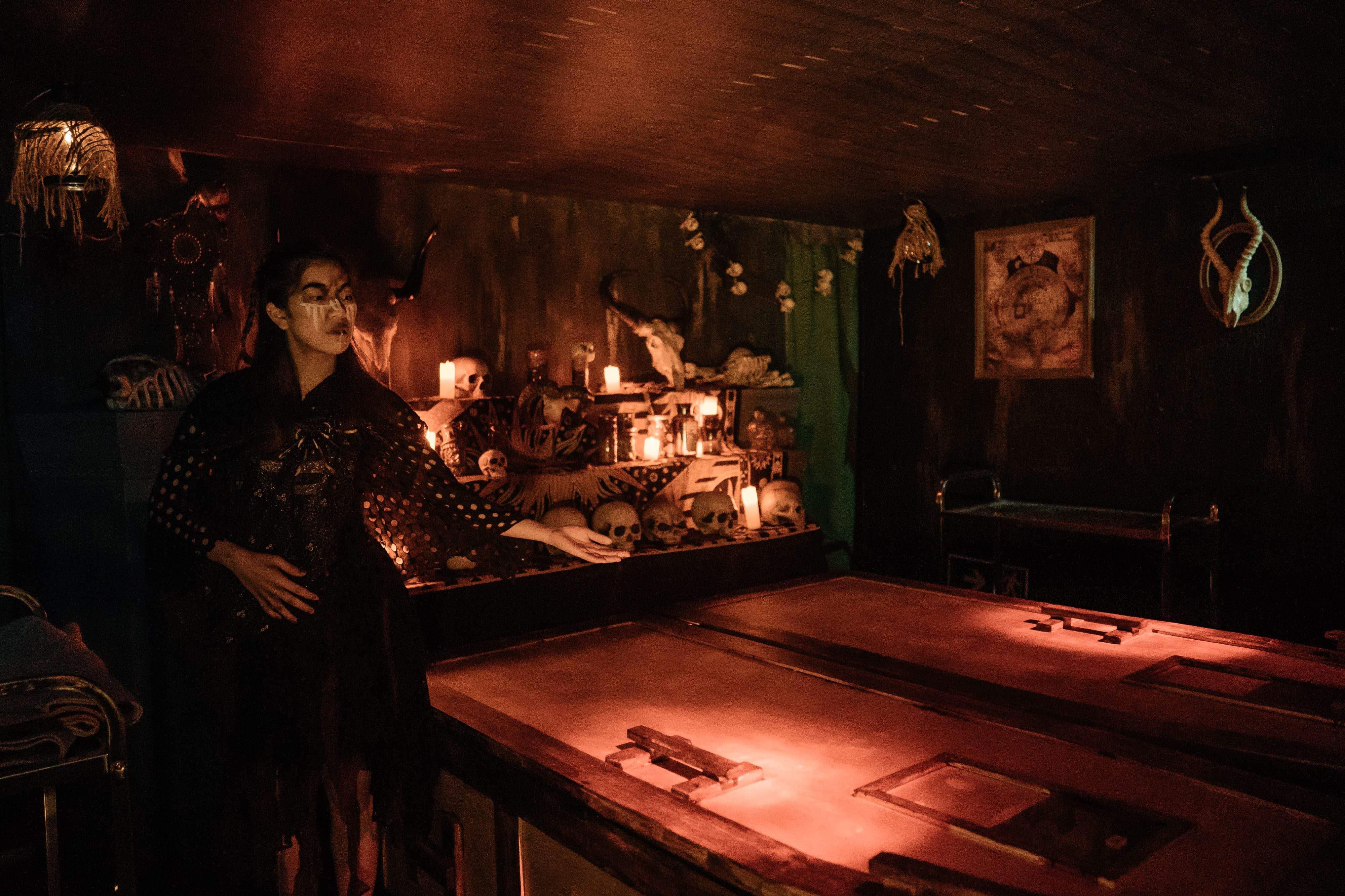 海洋公园鬼屋「活埋凶间」内部,挑战者将独自躺进棺材内.