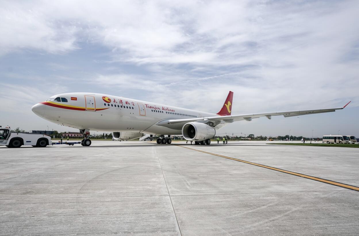 首架由空客中欧员工共同完成的a330飞机顺利交付天津航空.