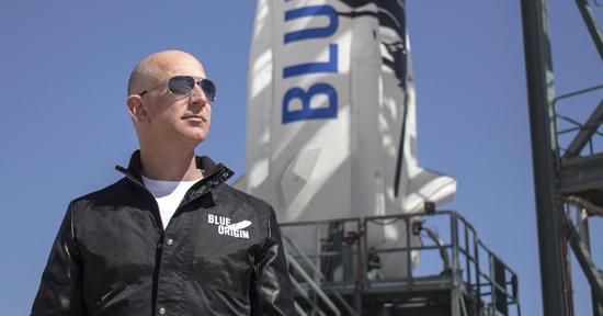网易科技讯 4月20日消息,据CNBC报道,杰夫·贝索斯旗下太空公司蓝色起源(Blue Origin)的首席执行官鲍勃·史密斯(Bob Smith)表示,游客2018年将有机会乘坐该公司飞船进入太空旅行。   贝索斯旗下太空公司:今年或能将游客送入太空图:蓝色起源(Blue Origin)公司的创始人杰夫·贝索斯(Jeff Bezos)   日前在美国科罗拉多州举行的第34次太空研讨会上,史密斯与科技媒体CNBC主持人摩根·布伦南(Morgan
