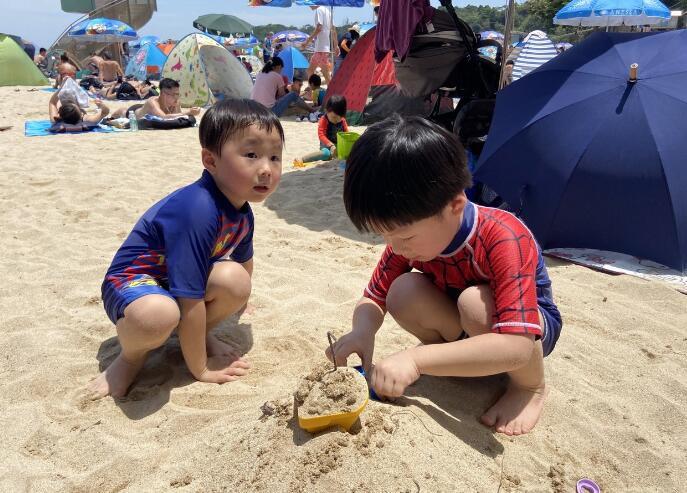 佛诞假期首日市民涌西贡 沙滩人山人海