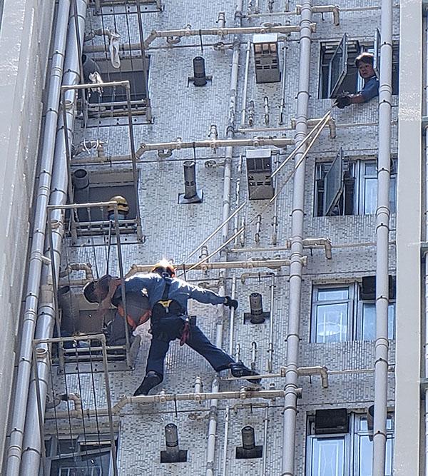 一少年爬24樓外牆企圖輕生 消防「飛將軍」將其救下