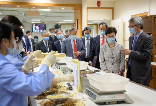 林鄭月娥到訪浸大 冀浸大配合政府推動中醫藥發展
