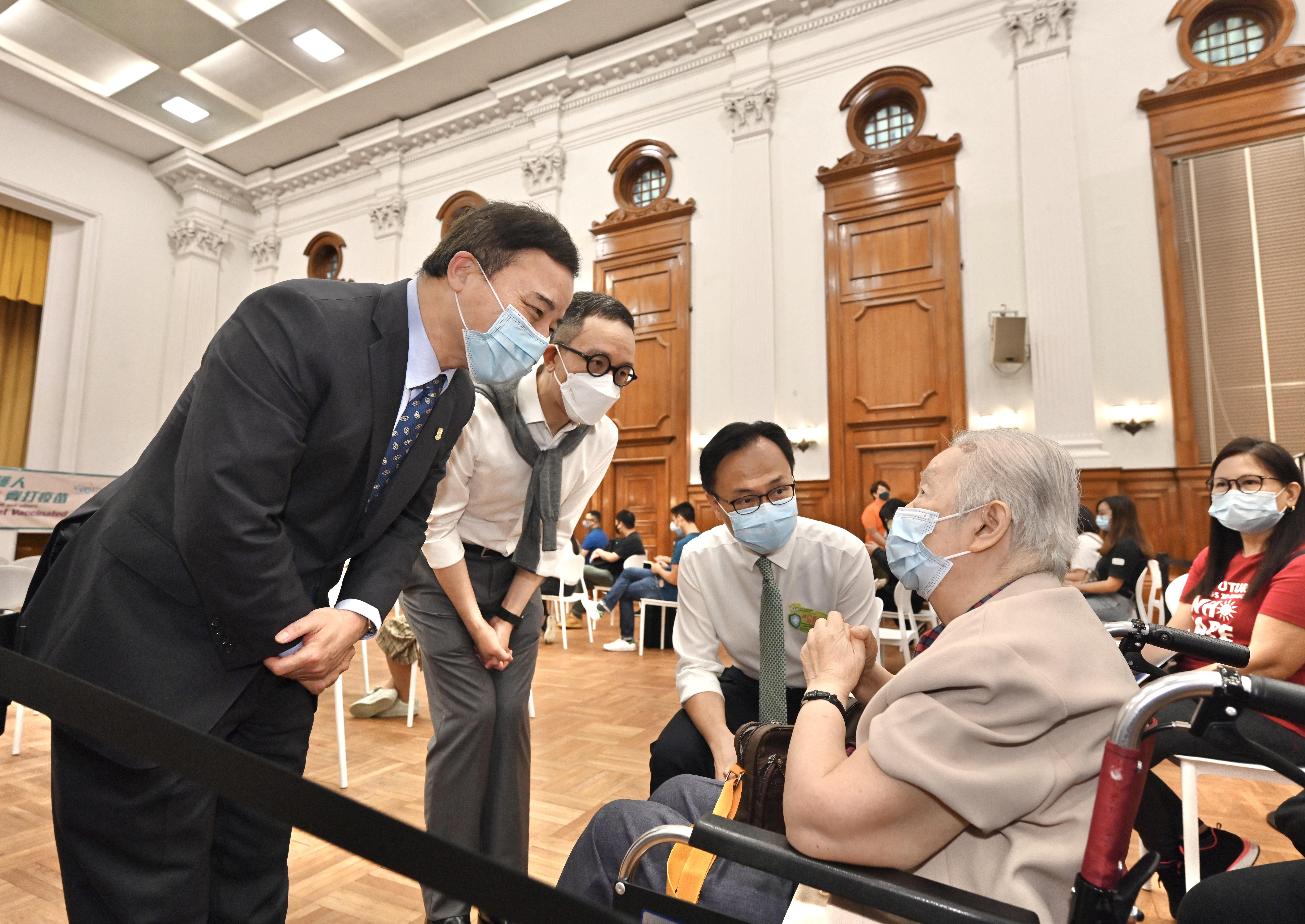 政府外展服務隊為港大300名師生接種疫苗
