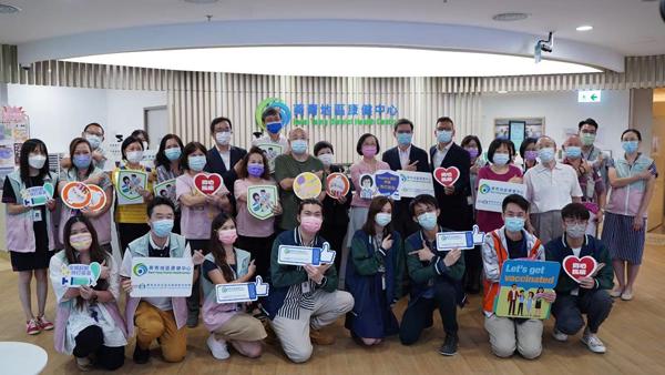 陳肇始到訪葵青地區康健中心 感謝長者參與外展接種服務