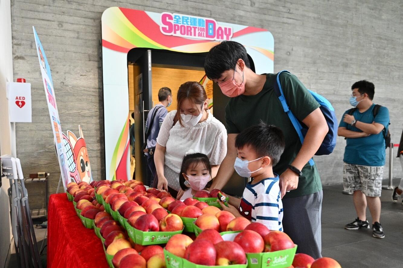 林鄭響應消費券發放 購二百多個蘋果贈市民