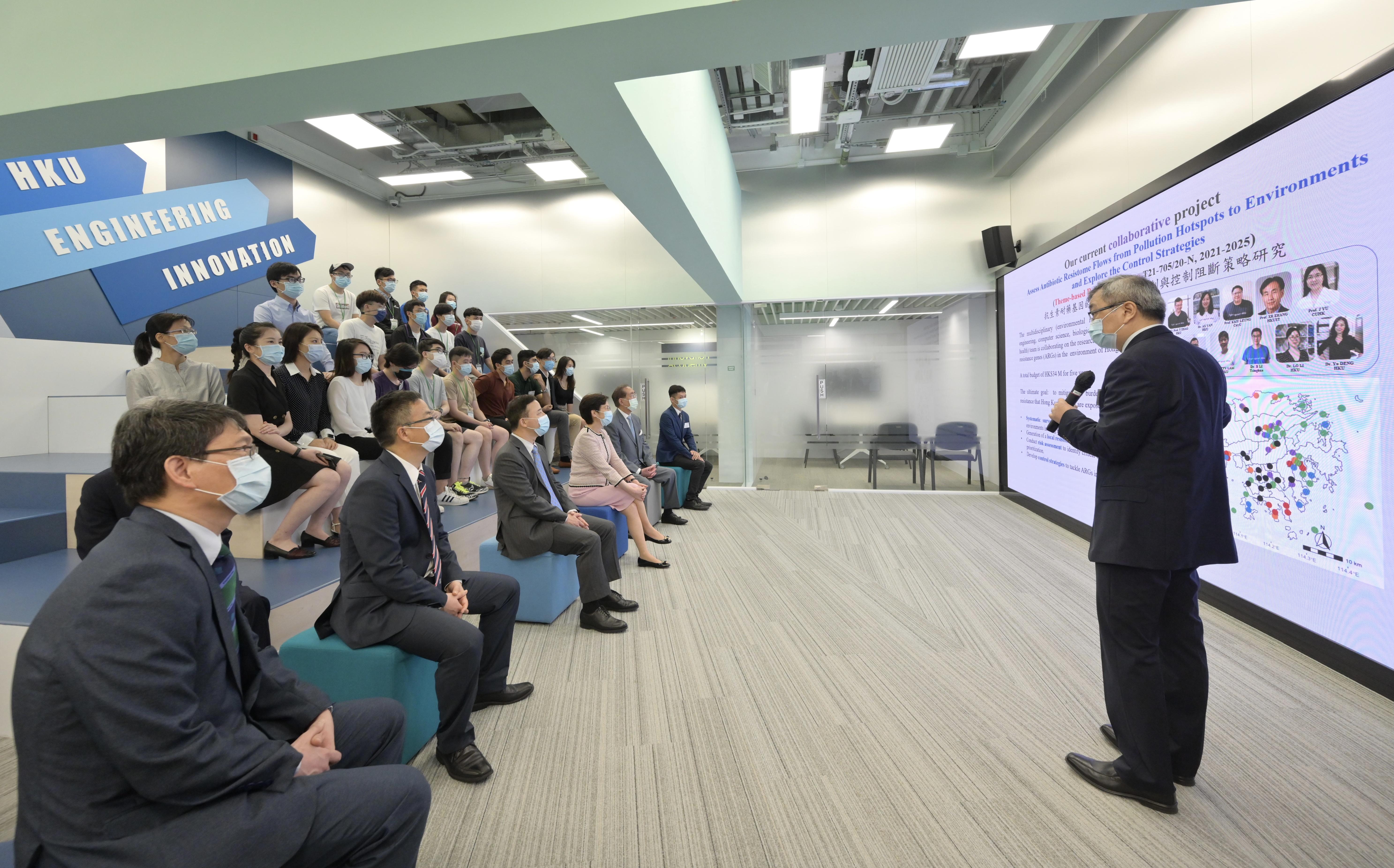 林鄭到訪港大 冀推動大灣區成國際科技創新中心