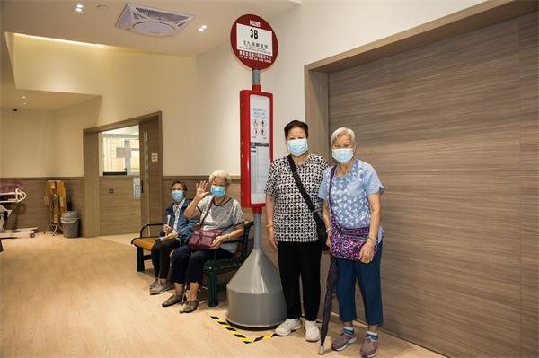 樂善堂黃大仙長者日間護理中心獲捐贈巴士站牌