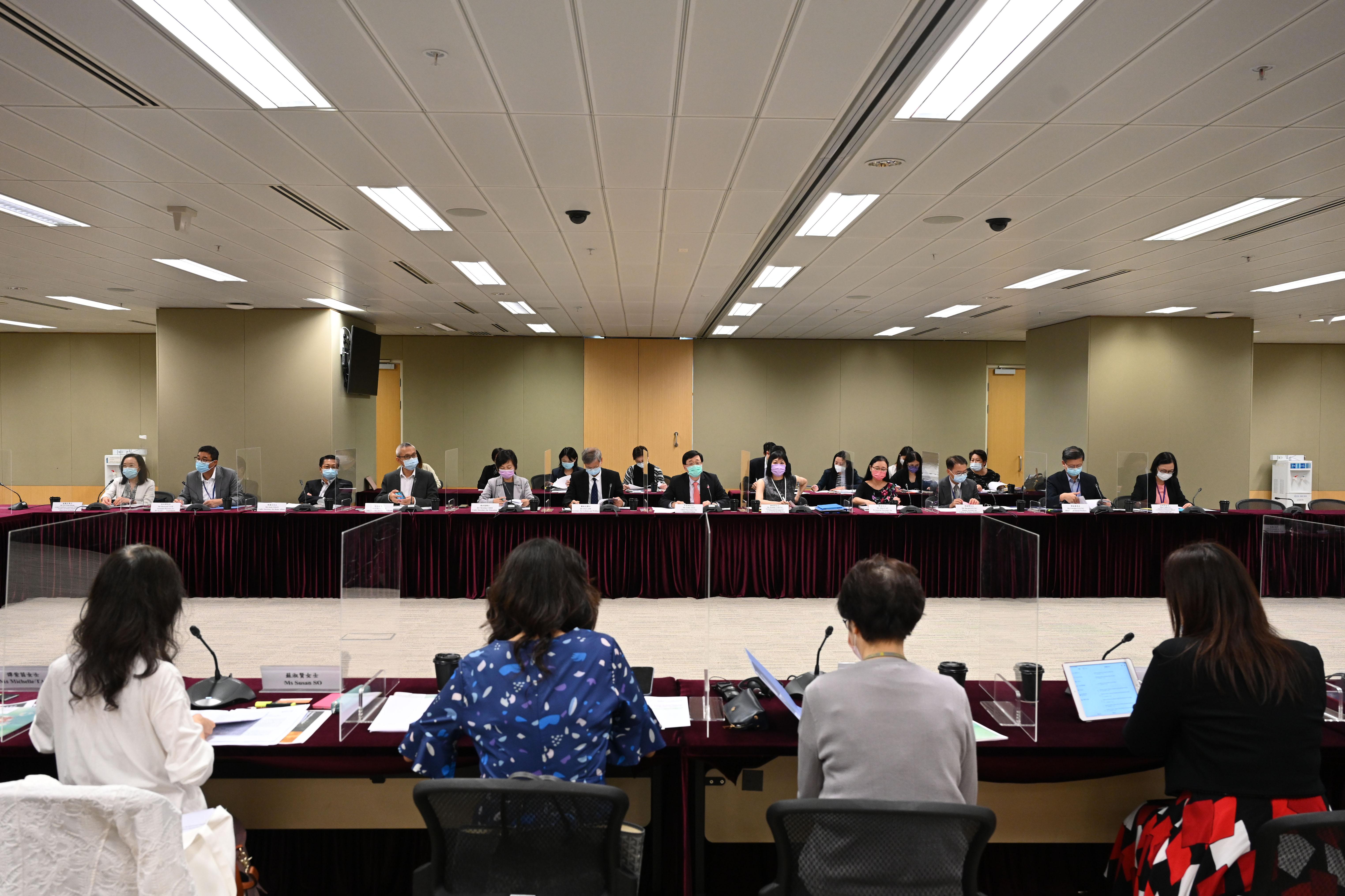 李家超主持兒童事務委員會會議 討論強制舉報虐兒機制