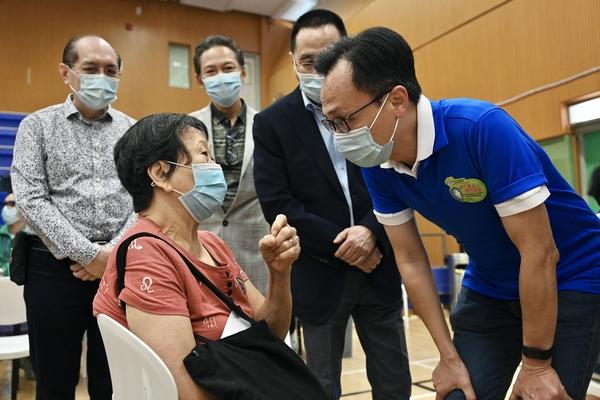 政府外展隊首設「一站式」安排 為深水埗長者接種疫苗