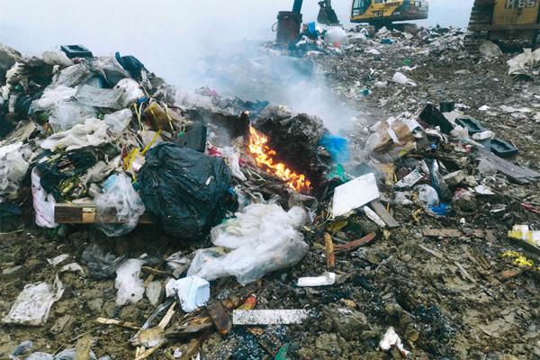 1名無牌收集商與露天回收場負責人非法處理化學廢物被定罪