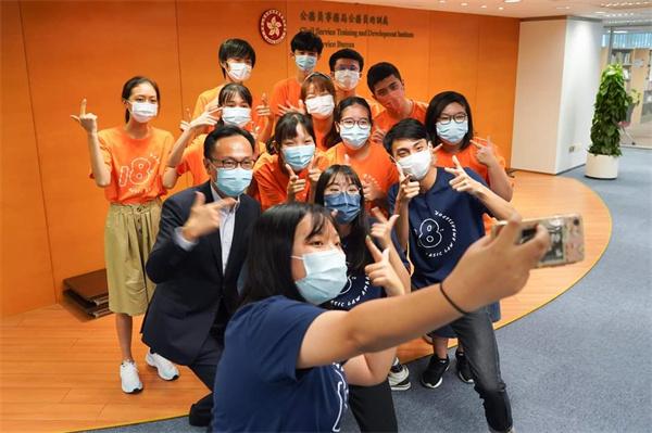 聶德權與本港學生交流 並接受「基本法大使」訪問