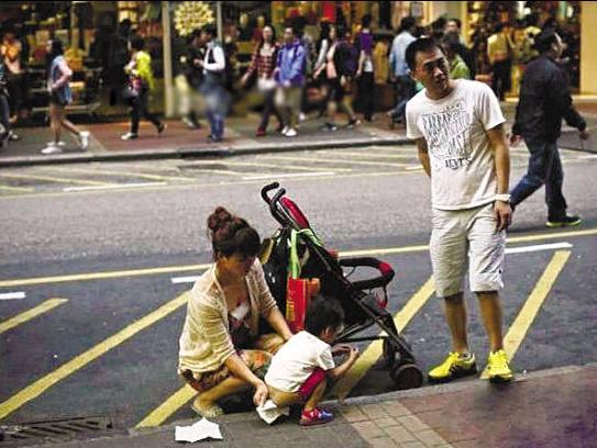 拍下的是小孩当街大便的镜头