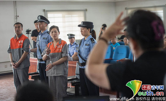 """哑人乞讨的案件.图为于东东在离开法庭时用手语对妈妈说""""妈妈我"""
